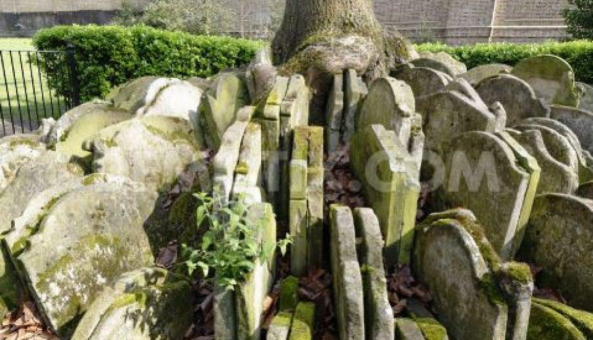 1396583697-churchyard-tour-of-st-pancras-old-church-in-london_4360993